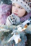 Menina bonita no chapéu e nos mittens imagens de stock royalty free