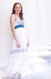 Menina bonita no colunas brancas longas Fotos de Stock Royalty Free