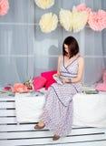 Menina bonita no estúdio colorido da decoração Imagem de Stock Royalty Free