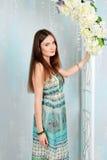 Menina bonita no estúdio colorido da decoração Fotos de Stock