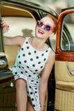 Menina bonita no estilo retro e em um carro do vintage fotos de stock royalty free