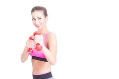 Menina bonita no gym que guarda pares de pesos Foto de Stock Royalty Free