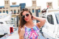 Menina bonita no iate - Dubai Imagens de Stock Royalty Free