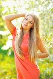 Menina bonita no jardim entre as árvores de florescência Imagem de Stock Royalty Free