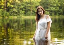 Menina bonita no lago fotografia de stock