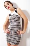 Menina bonita no levantamento preto e branco da saia imagem de stock