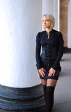 Menina bonita no mini vestido das calças de brim Fotografia de Stock