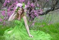 Menina bonita no pêssego florescido do jardim Imagens de Stock