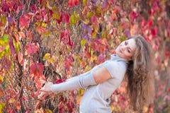 Menina bonita no parque do outono Foto de Stock