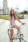 Menina bonita no parque do verão Olhar longo do cabelo, o seguro e o feliz Vestuário desportivo, t-shirt cor-de-rosa, saia branca imagens de stock royalty free