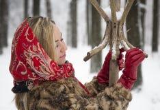Menina bonita no parque no inverno, menina em um casaco de pele Imagem de Stock