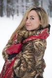 Menina bonita no parque no inverno, menina em um casaco de pele Fotos de Stock Royalty Free