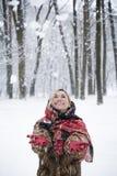 Menina bonita no parque no inverno, menina em um casaco de pele Fotos de Stock
