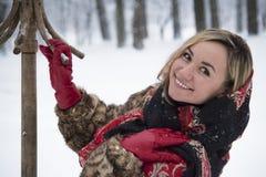 Menina bonita no parque no inverno, menina em um casaco de pele Foto de Stock Royalty Free