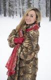 Menina bonita no parque no inverno, menina em um casaco de pele Imagens de Stock Royalty Free