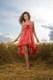 Menina bonita no piquenique no campo de trigo Imagem de Stock