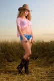 Menina bonita no pose da roupa do cowboy fotografia de stock