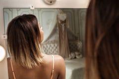 Menina bonita no quarto fotos de stock royalty free