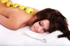 Menina bonita no recurso de termas. Massagem da fruta. imagens de stock