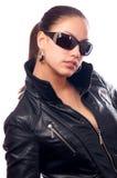Menina bonita no revestimento de couro e nos óculos de sol Imagem de Stock