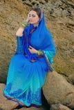 Menina bonita no sari indiano tradicional Fotografia de Stock