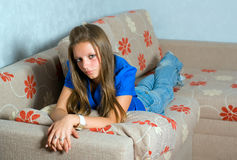 Menina bonita no sofá Fotos de Stock Royalty Free