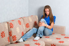 Menina bonita no sofá Foto de Stock Royalty Free