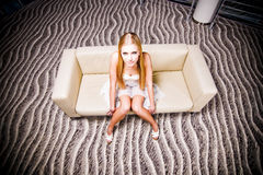 Menina bonita no sofá Imagens de Stock Royalty Free