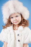 Menina bonita no tampão branco foto de stock royalty free