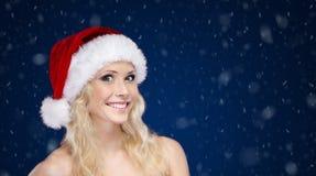 Menina bonita no tampão do Natal foto de stock