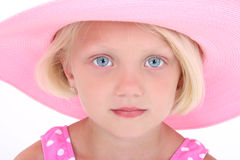 Menina bonita no terno de nadada cor-de-rosa e no grande chapéu Imagens de Stock
