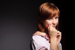 Menina bonita no traje nacional ucraniano imagem de stock royalty free