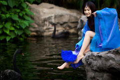 Menina bonita no vestido antigo chinês fotos de stock royalty free