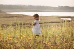 Menina bonita no vestido branco ao lado da lagoa Imagens de Stock Royalty Free