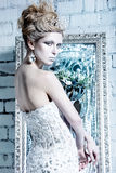 Menina bonita no vestido branco na imagem da rainha da neve com uma coroa em sua cabeça Imagem de Stock Royalty Free