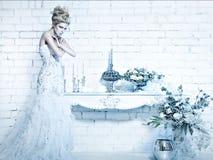 Menina bonita no vestido branco na imagem da rainha da neve com uma coroa em sua cabeça Fotografia de Stock