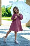 Menina bonita no vestido de Borgonha com o guarda-chuva branco no dia ensolarado imagens de stock