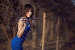 Menina bonita no vestido de noite azul. Foto de Stock