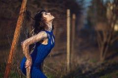 Menina bonita no vestido de noite azul. Fotografia de Stock