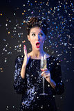 Menina bonita no vestido de noite com vidro de vinho Véspera de Ano Novo Foto de Stock Royalty Free