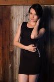 A menina bonita no vestido de noite, o modelo levanta contra uma parede de madeira, Imagem de Stock Royalty Free