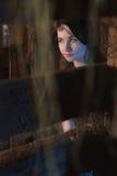 A menina bonita no vestido de noite, o modelo levanta contra uma parede de madeira Fotografia de Stock