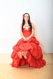 Menina bonita no vestido de noite vermelho fotos de stock royalty free