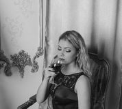 Menina bonita no vestido preto na Noite de Natal um, branco preto Vinho fotografia de stock royalty free