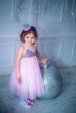 Menina bonita no vestido que decora a árvore de Natal Vista traseira fotografia de stock