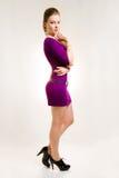 Menina bonita no vestido roxo e em sapatas pretas Imagem de Stock