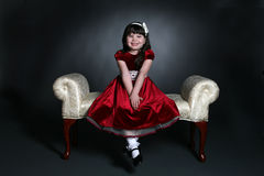 Menina bonita no vestido vermelho do feriado Fotos de Stock Royalty Free