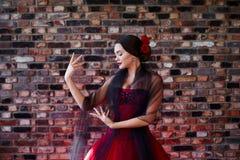 A menina bonita no vestido vermelho está dançando Estilo Latin fotos de stock