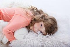 Menina bonita nos pijamas nas horas de dormir fotos de stock royalty free
