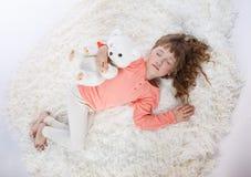 Menina bonita nos pijamas nas horas de dormir imagens de stock royalty free